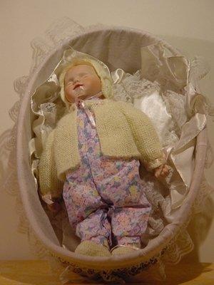 porseleinen baby pop Sara in mand