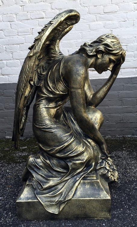 engel-geknield-beeld -polyester
