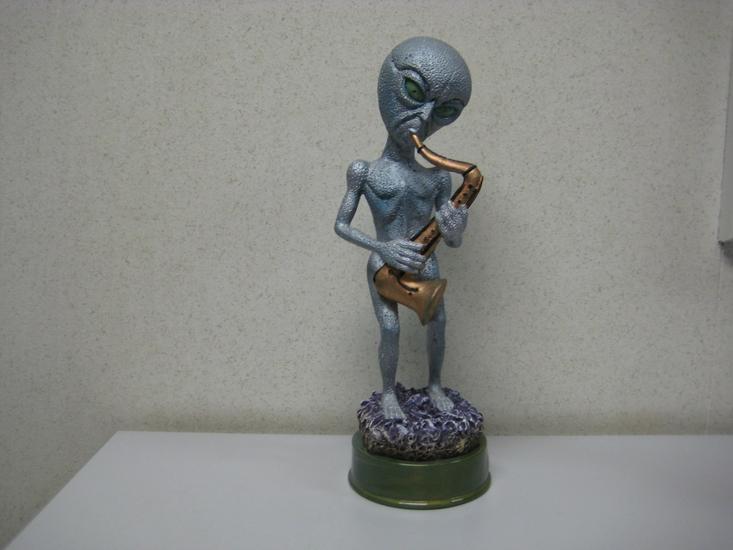 Alien Beeld met Sax 35x17cm  Led verlichting