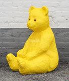beer zittend polyester beeld