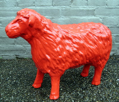 schaap 50cm polyester kunstbeeld rood