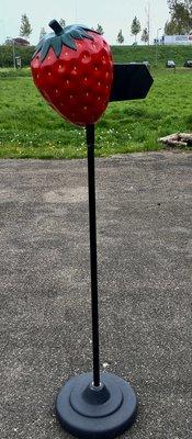 Aardbei met pijl aanwijs bord stoep reclame 160 cm hoog