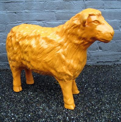 schaap 50cm polyester kunstbeeld oranje