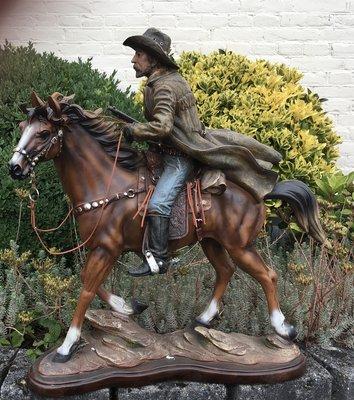 Cowboy op paard 67x36x72cm