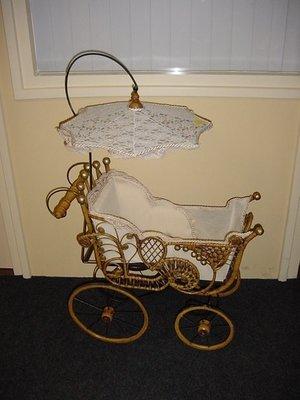 Rieten poppenwagen houten wielen , kant en kanten parasol