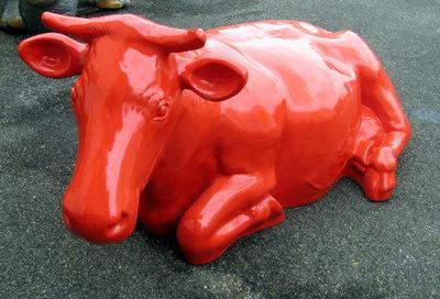 Levensgrote koe liggend - rood