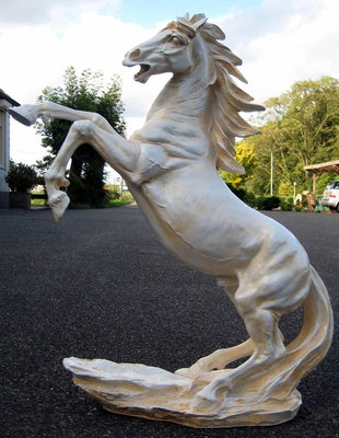 Paard steigerend creme polyester beeld