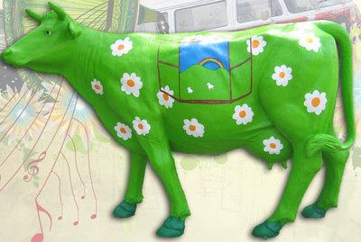 Levensgrote flowerpower koe