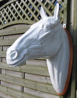 paardenhoofd polyester wit wand model 82cm