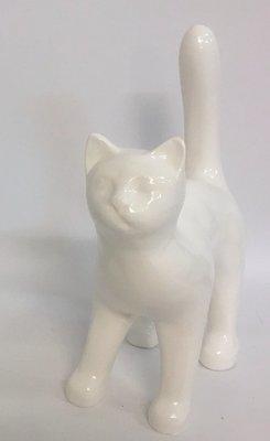 Kat met hoge rug kunsthars wit kop vooruit